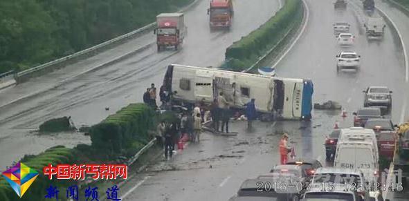 江苏盐城滨海:一大巴车高速侧翻 2人死亡 9人受伤(图)