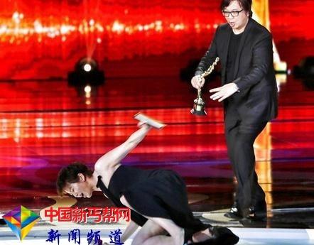 梁咏琪还原颁奖礼摔倒舞台太滑 右手着地重重侧摔