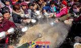 """河南一庙会2000人同吃""""大锅饭"""" 场面壮观"""